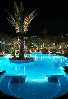 A beautiful geometric swimming pool and spa by Ewing Aquatech