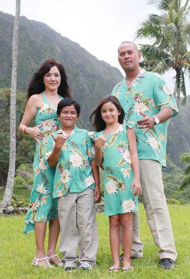 "Laura and Derek said ""aloha"" to tropical chic"