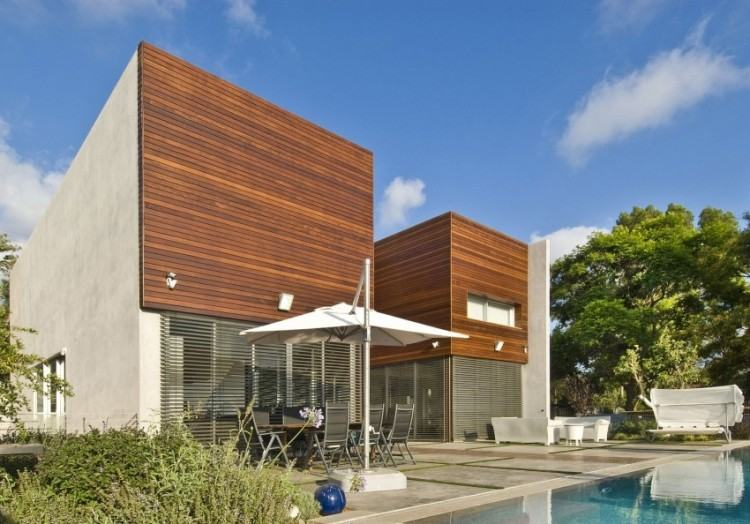 The combination of wood, concrete and glass on this house works so well  together